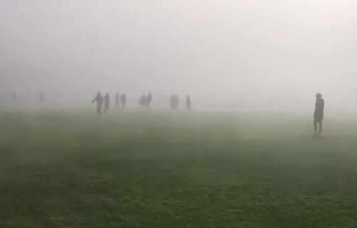 这还怎么踢?正在南京举行的U23联赛