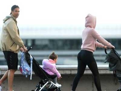 澳门永利集团网站携女友外出散步,引发媒体热议