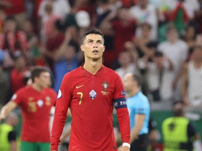 养眼!葡萄牙女球迷拥抱庆祝C罗进球