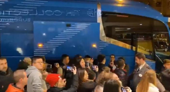 备战皇马!武磊抵达马德里受同胞迷热烈欢迎