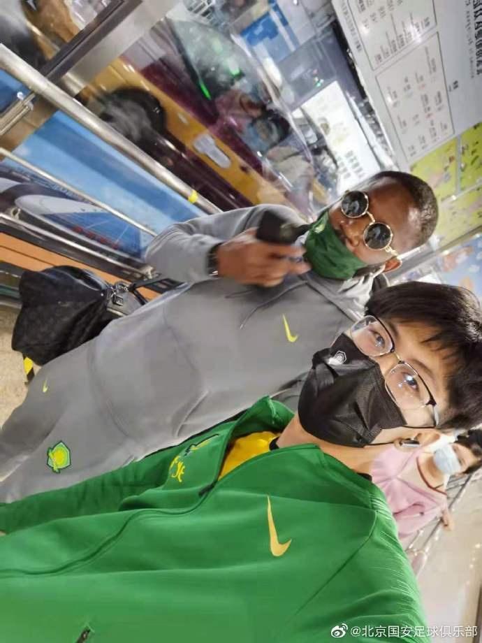 快乐男孩再次承包今日笑点!巴坎布在北京南站意外迷路